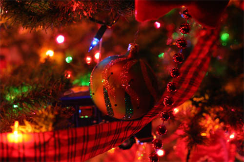 Wallpaper-christmas-tree-ornaments in Beautiful Christmas Pictures and Creative Christmas Designs